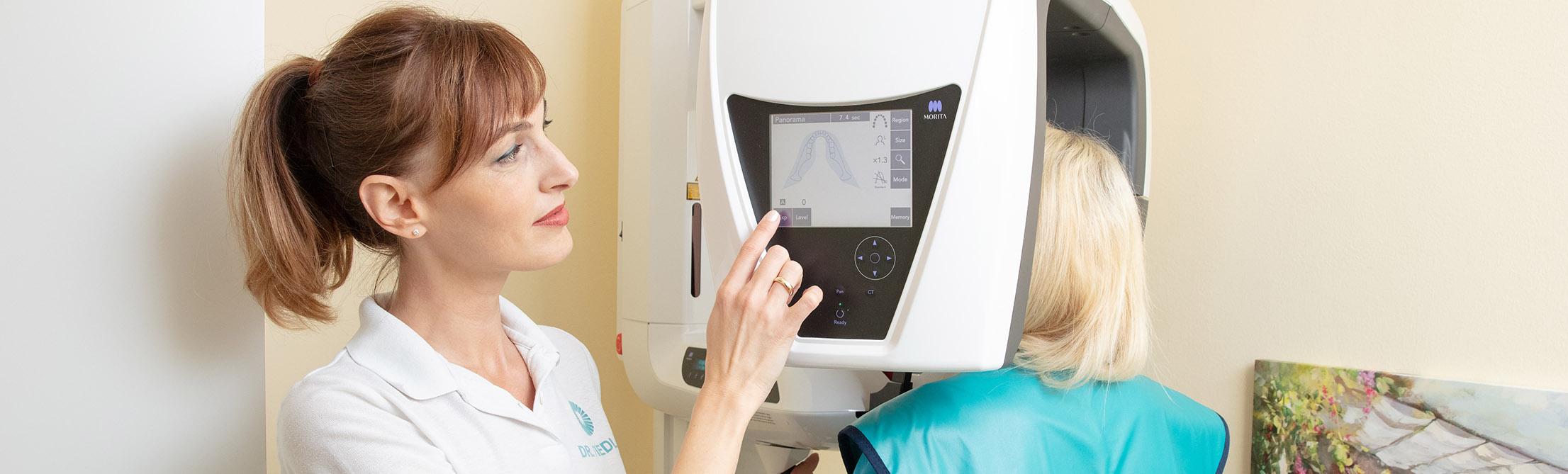 Dr. Linda Fiedler am 3D Röntgen mit Kundin