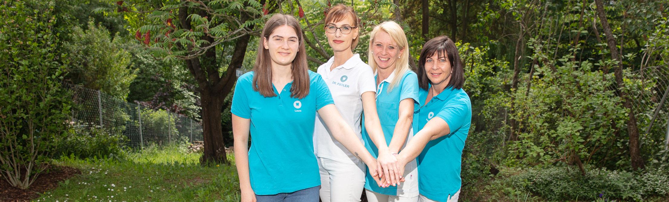 Teamfoto im Garten Pressbaum
